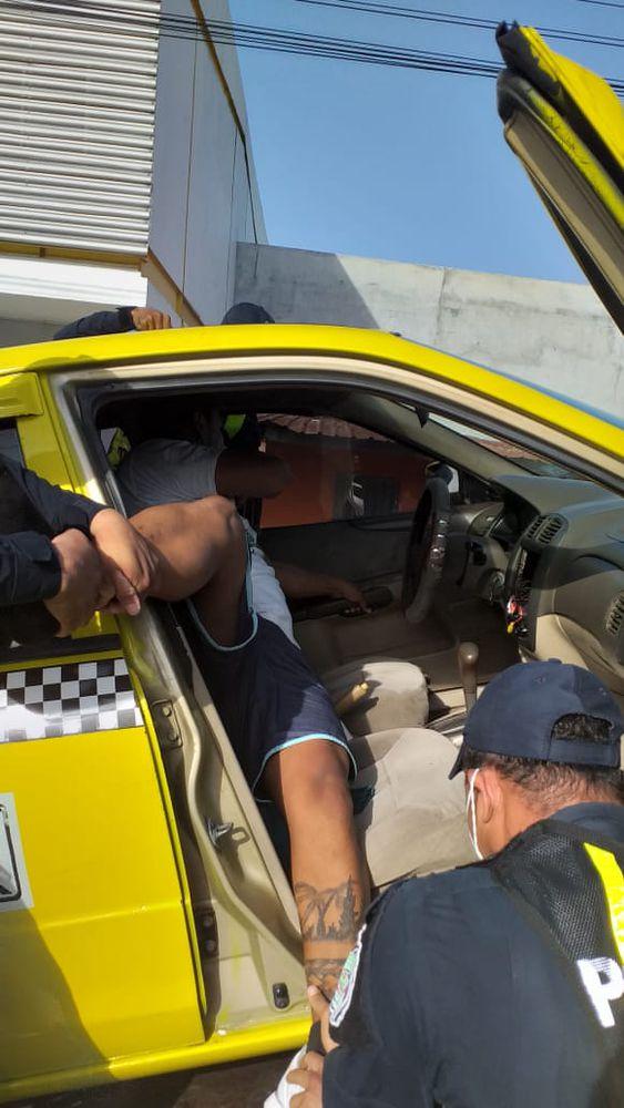Suben a taxi en grúa y se da a la fuga entre tres uniformados en Llano Bonito. Video viral