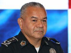 Director de la Policía se mete con las mujeres casadas de la institución