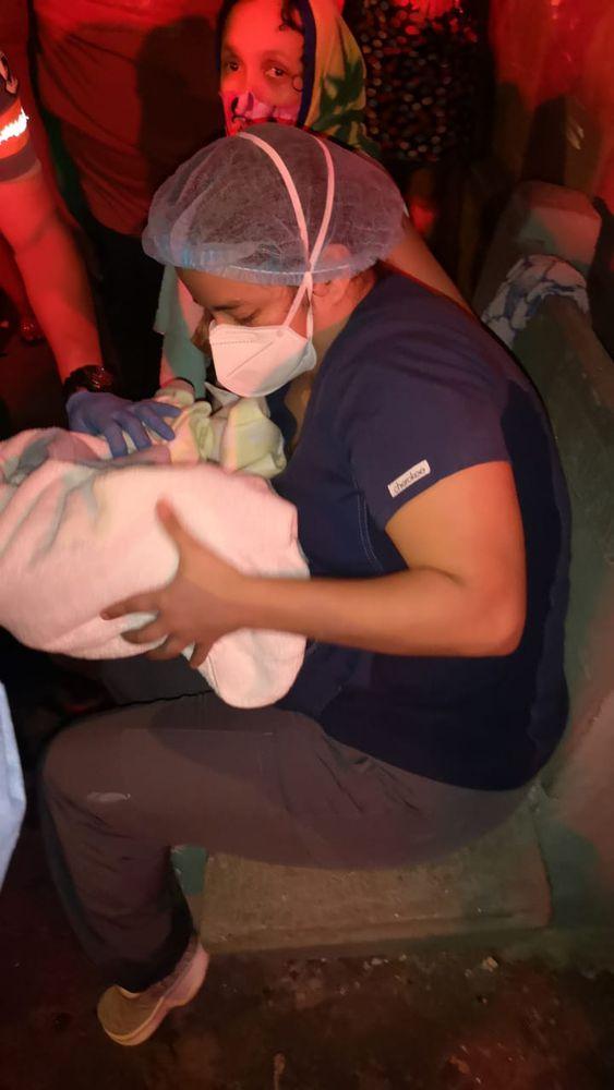 Impresionante. Mujer da a luz en plena calle, en Santa Ana. Encontró una enfermera en su camino. Video