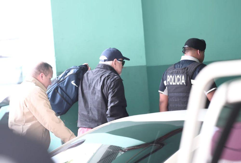 Multan al abogado Rosendo Rivera.  Se retiró del salón de la audiencia muy molesto
