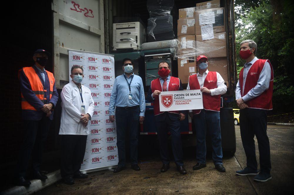 Entregan ayuda. Orden de Malta en Panamá dona contendedor con insumos médicos al ION