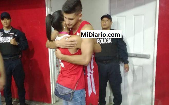 Sorprenden a presentadora de TV con jugador de la Selección. Chequea...