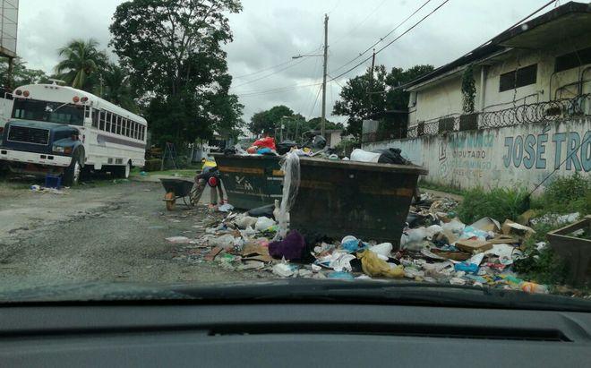 Tanques de basura en plena calle podrían causar una desgracia en Pedregal| Fotos