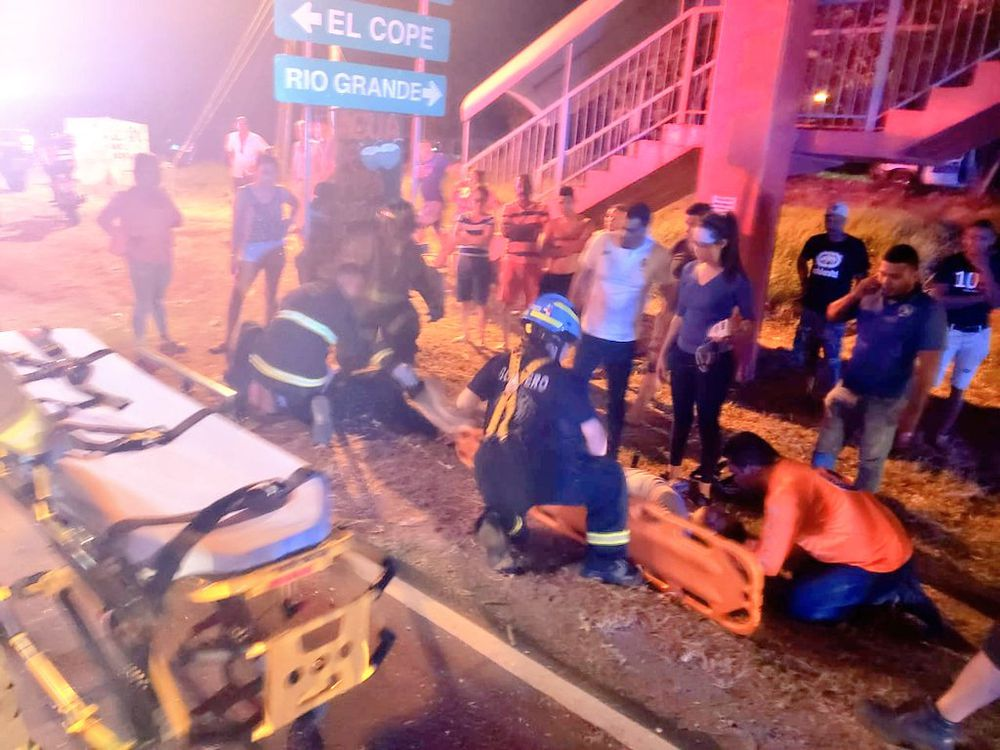 Bus de transporte de Las Tablas se estrella con auto sedán. Hay heridos. Video
