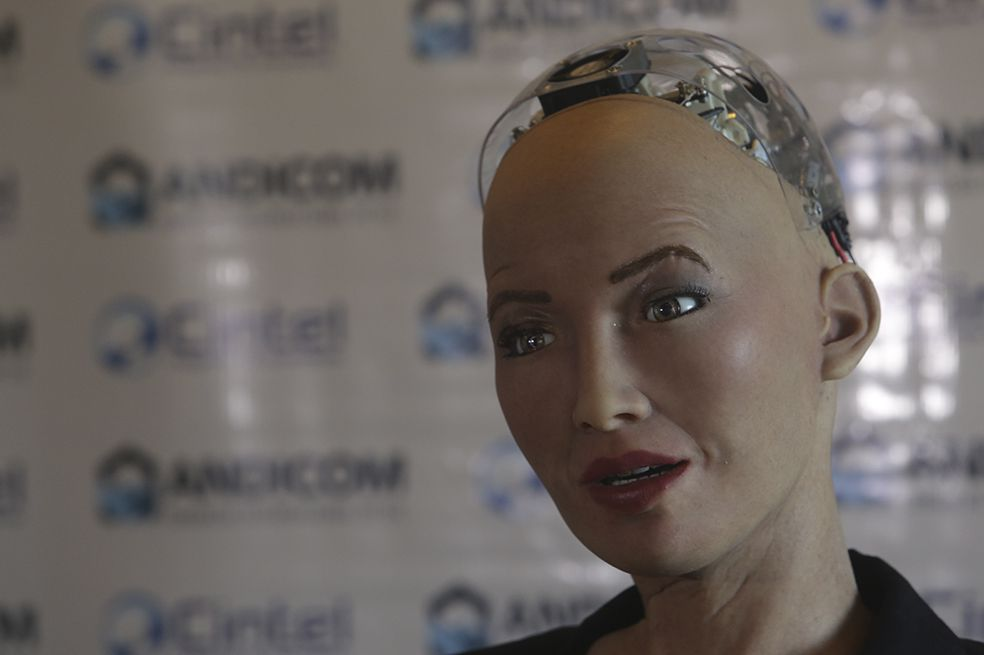 La robot Sophia cautivó a los colombianos al ofrecerle una sincera conferencia