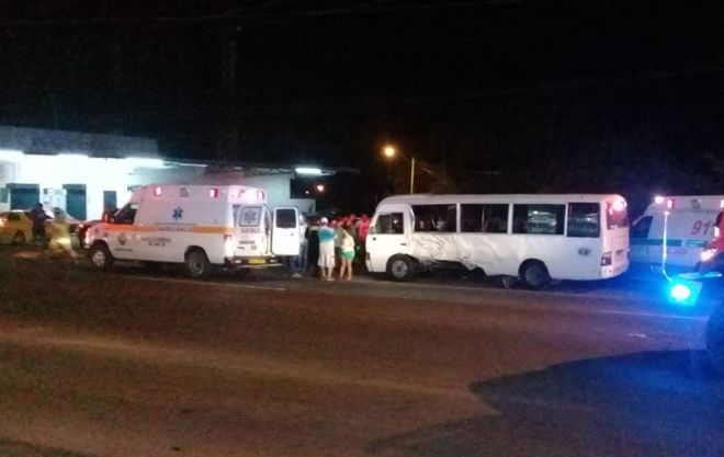 Bus Coaster de rutay unpanel se estrellan.Hay un muerto y más de 15 heridos