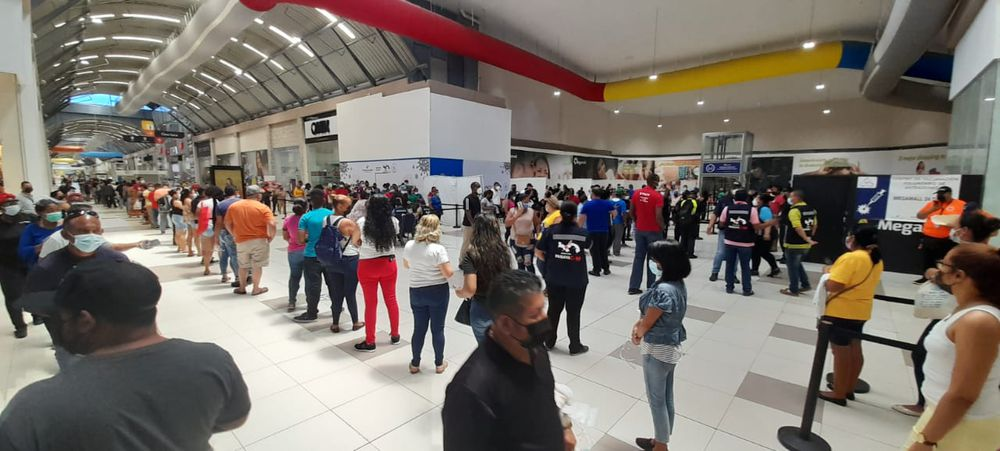 De locos. Tremendo caos en vacunación con AstraZeneca en un mall de Panamá Este