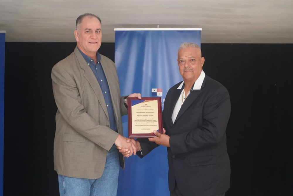 "Héctor ""Tocho"" Ávila recibe homenaje"