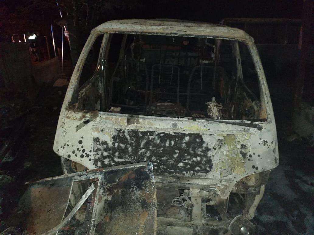 Tres buses colegiales fueron incendiados en la madrugada
