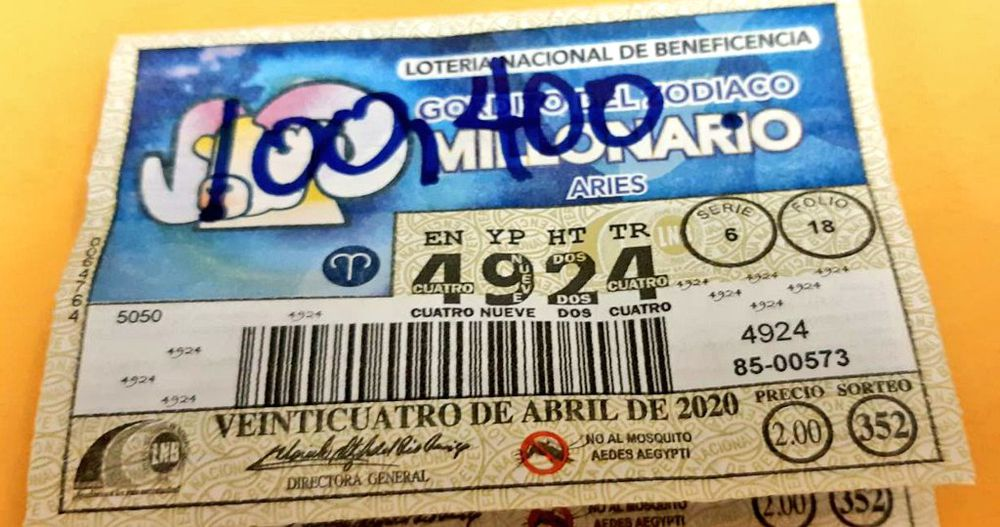 Nueva millonaria. Lotería entrega cheque de millón 100 mil dólares a nueva ganadora del Gordito del Zodiaco