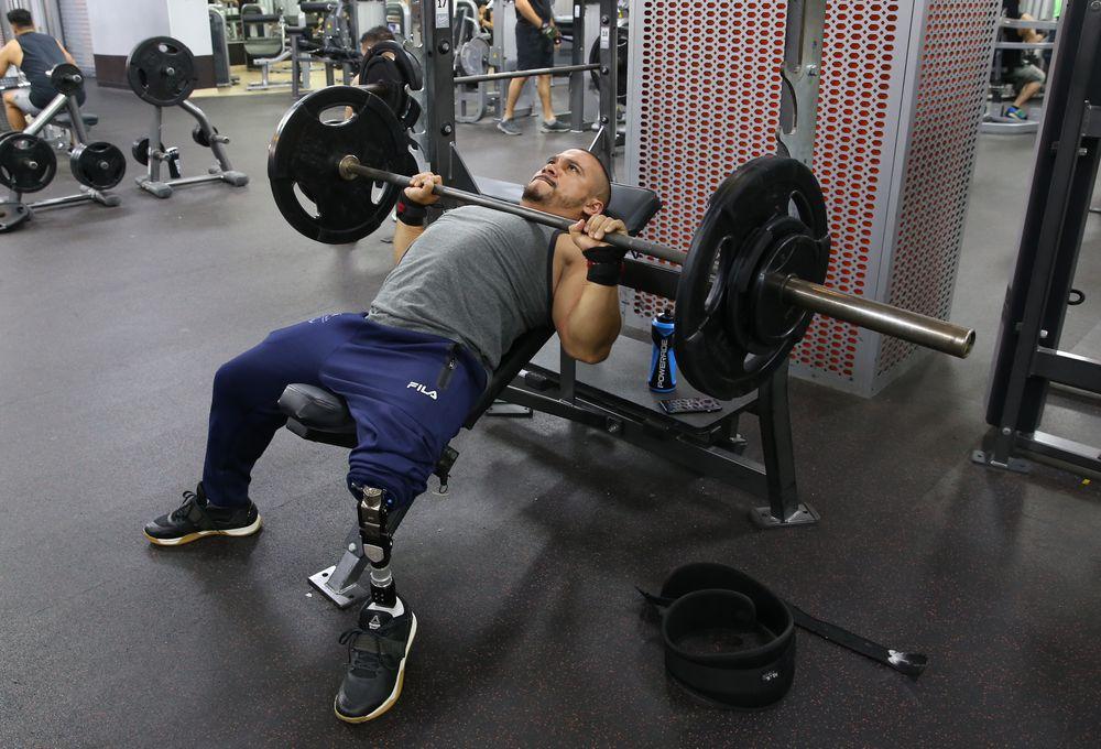 Pese a que le falta una pierna, Rey Dimas levanta sus sueños sobre sus hombros