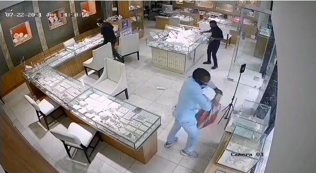 Se hizo pasar por cliente y era de los asaltantes. Robo a joyería a mano armada en Vía España quedó captado en video