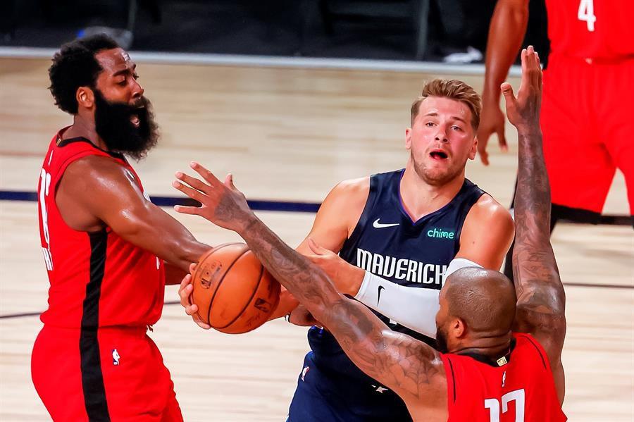 Harden gana duelo a Doncic y Rockets remontan ante Mavericks en reinicio de la temporada