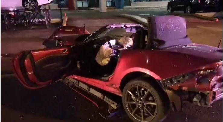 Impactante. Auto queda como un acordeón al chocar contra basurero y poste de luz en Calle 50. Video