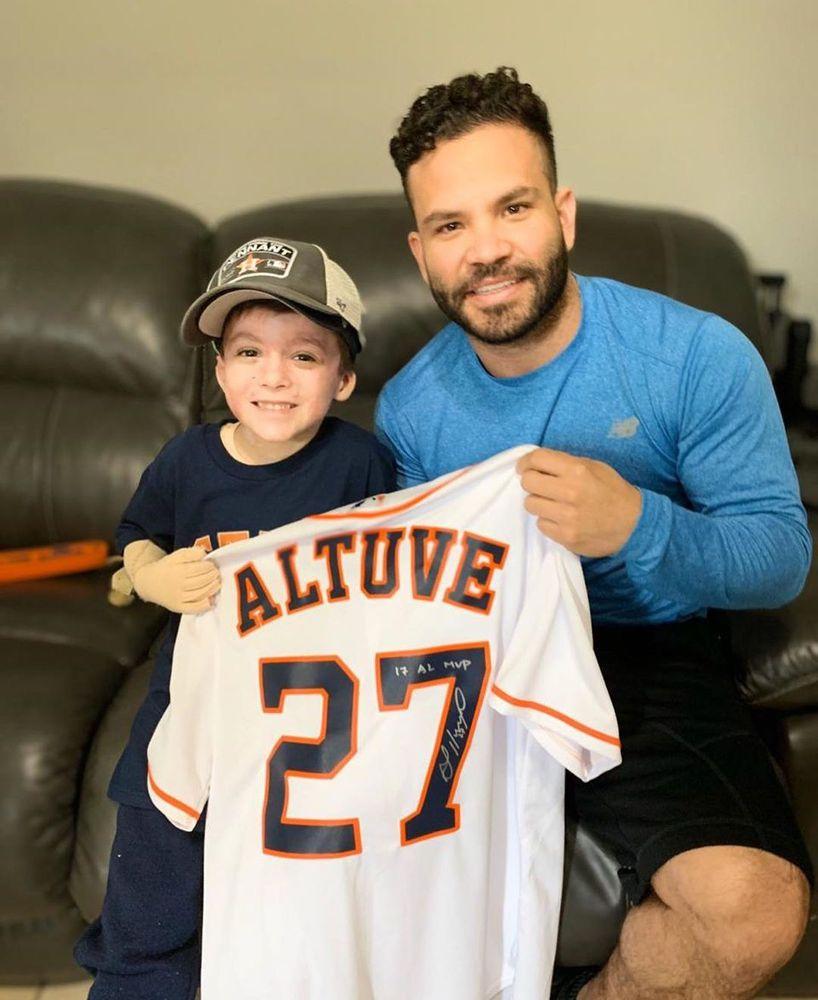 Video | Niño que sobrevivió a la explosión del P.H. Costamare recibe visita de una estrella de los Astros