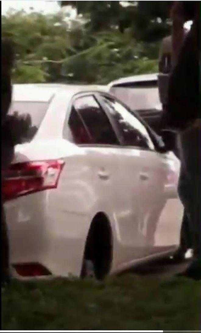 Se roban los 4 rines y llantas de un auto estacionado en Cinta Costera
