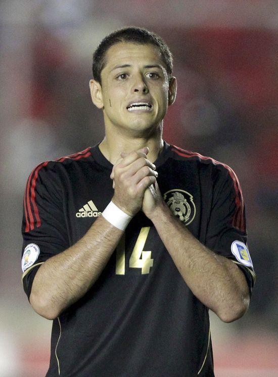 ¡Qué confianza! El delantero mexicano 'Chicharito' se ve alzando la Copa Mundial