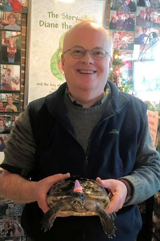 Un hombre celebró los 50 años de su tortuga que le regalaron de niño