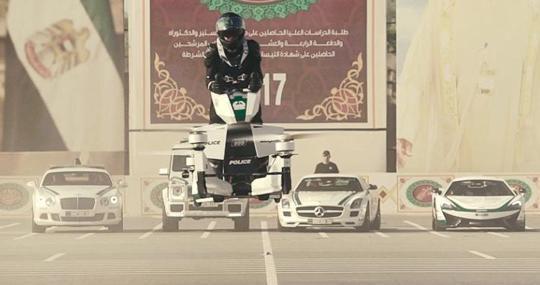 En Dubái enseñan a policías a pilotar motos aéreas para combatir el crimen