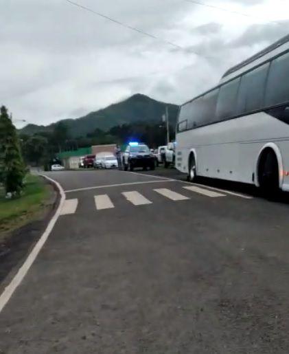 Sorprenden a más de 60 bañándose en El Chorro de Olá, pese a prohibición sanitaria. Iban hasta en buses. Video